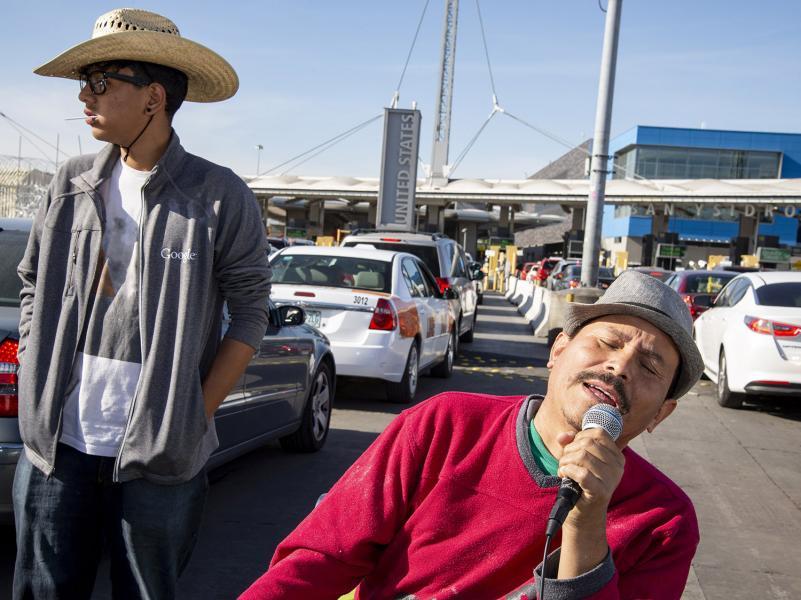 San-Ysidro-Border-crossing-singing-traffic