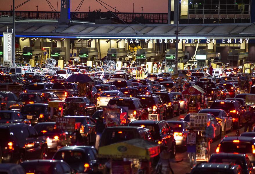 San-Ysidro-Tijuana-Border-crossing-night-traffic-jam